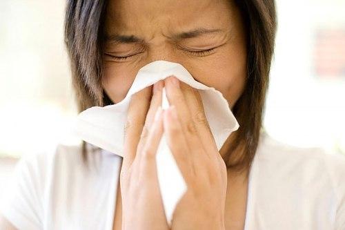 Triệu chứng thường gặp của viêm xoang bao gồm sổ mũi, nhức đầu, nặng vùng trán, có thể kèm theo sốt...