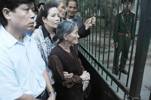 Dù tuổi đã cao, bà Trần Thị Lộc vẫn dậy rất sớm để đi viếng. Ảnh: Quý Đoàn.