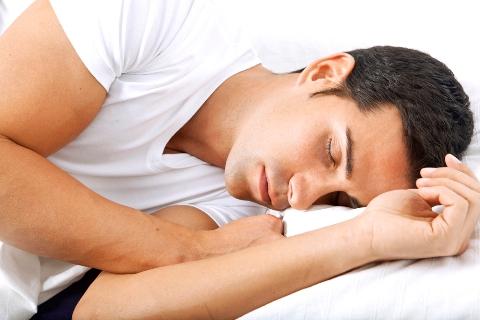 Ngủ ít nhất tám giờ mỗi đêm sẽ có tác động tích cực cho da đầu và tóc.