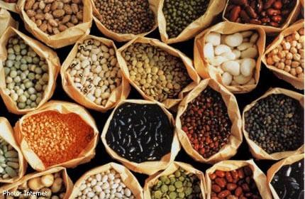 Trong thực đơn ăn hàng ngày, chị em cần bổ xung đầy đủ protein có nhiều trong các loại hạt họ đậu.