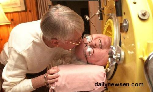 Bà Martha phải nằm bất động trong khối thép suốt 61 năm trời nhưng vẫn có thể tốt nghiệp trung học và viết sách. Ảnh: dailynewsen.com)
