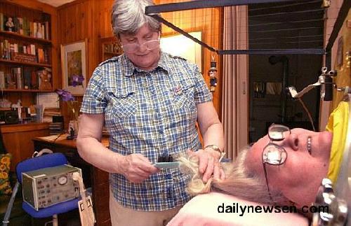 Ảnh 3. Bà Martha cùng người chăm sóc đang cắt tóc cho bà. (dailynewsen.com)