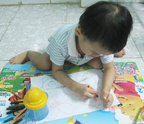 Bé rất thích được thỏa thích tô vẽ theo ý thích.