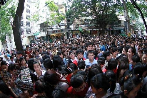 Cảnh tượng chen lấn ăn sushi tràn ra lòng đường ở Hà Nội ngày 24/10. Ảnh: Facebook Jenny