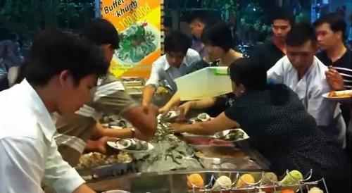 """Cảnh giành đồ ăn buffet như """"cướp"""" khiến nhiều người hốt hoảng. Ảnh chụp màn hình."""