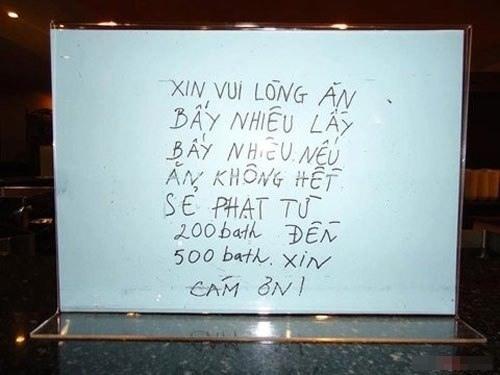 Bảng cảnh báo phạt nếu để thức ăn thừa bằng tiếng Việt ở Thái Lan. Ảnh: Facebook