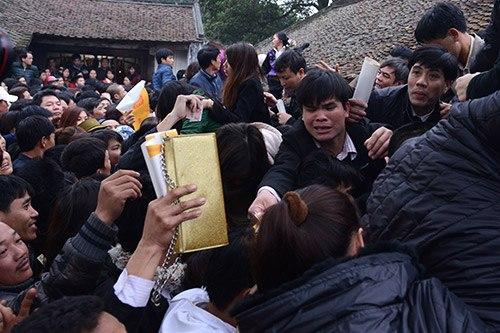 Cảnh chen lấn ở lễ hội khai ấn đền Trần tháng 2/2013. Ảnh: Hoàng Hà.
