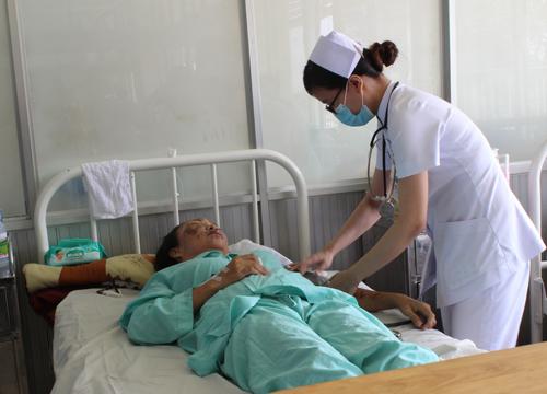 Bà chủ tiệm vé số Tăng Thúy Hà đang nằm điều trị tại khoa Mắt với hai mắt bị bỏng nặng. Ảnh: Lê Phương.