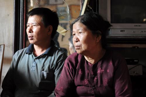 Con trai đi tù, con dâu kiệt sức vì kêu oan, bà Vì - mẹ Chấn - tuổi cao vẫn phải mưu sinh phụ giúp các con, các cháu. Ảnh: Quý Đoàn.