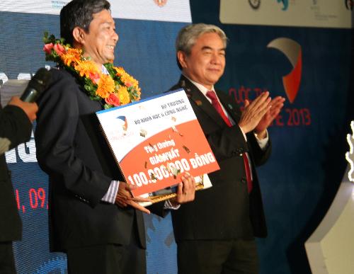 Bộ trưởng Bộ Khoa học Công  nghệ trao giải nhất cho ông Phạm Hoàng Thắng với sáng chế máy gặt lúa. Ảnh: L.K