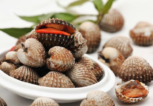 Nên thay thế thịt đỏ bằng cá hồi, cá thu, cá mòi và sò ít nhất 3 lần/ tuần