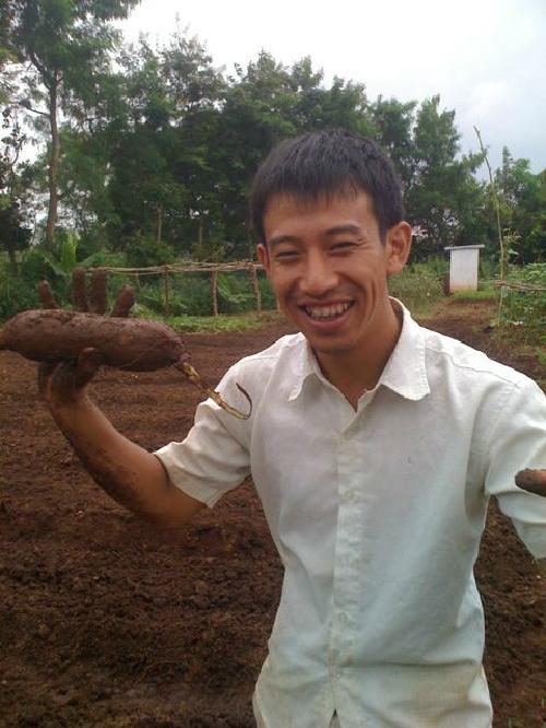 Shiokawa thu hoạch khoai lang. Ảnh: P.L