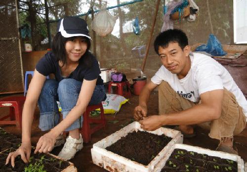 Shiokawa cùng một cô gái Nhật yêu thích nông nghiệp hữu cơ đang ươm cây con giống. Ảnh: P.L