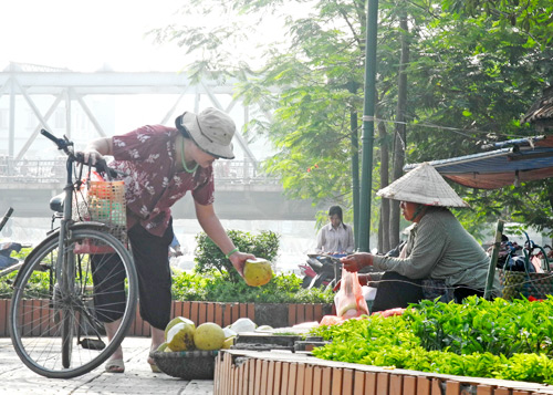 Đa số người mua là người có thu nhập thấp hoặc các cửa hàng bán nước ép, sinh tố. Ảnh: Nguyễn Hòa.