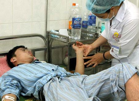 Bệnh nhân nhập viện điều trị sốt xuất huyết. Ảnh: D.N