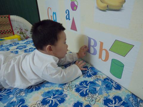Khi bé được 5 tháng tuổi, tôi đã chuẩn bị một bộ chữ cái với nhiều màu sắc khác nhau, in trên giấy decal và dán xung quanh tường nhà.