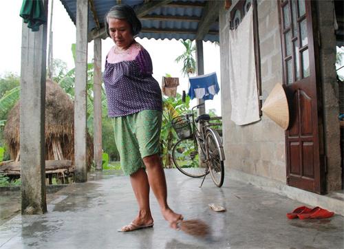 Hàng ngày nếu không có việc gì làm, chị thường ở nhà phụ giúp những công việc nhỏ như quét nhà, giặt giũ quần áo.