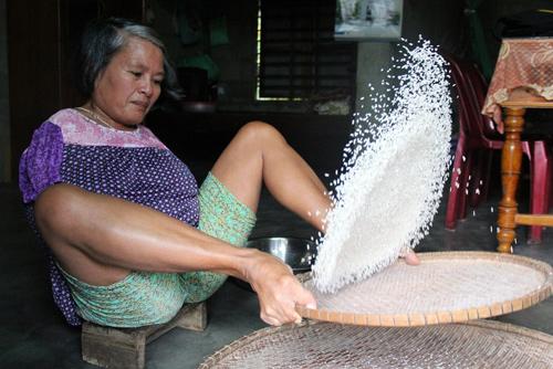 Với người bình thường, công việc sàng gạo cũng đòi hỏi phải có đôi tay khỏe và khéo léo. Với chị Hành, việc này càng khó khăn hơn khi phải dùng chân.