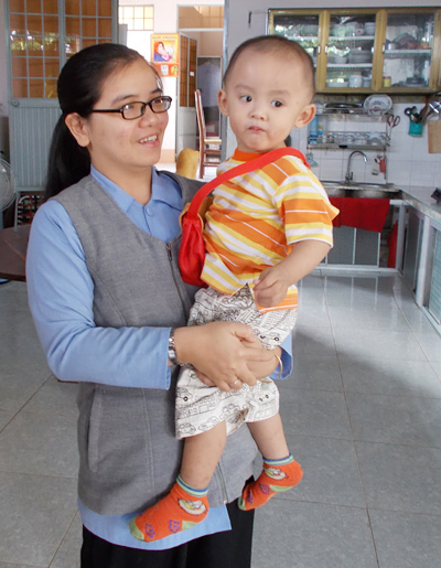 Hình ảnh cháu bé được các sơ chăm sóc và nuôi từ khi còn trong bụng mẹ.