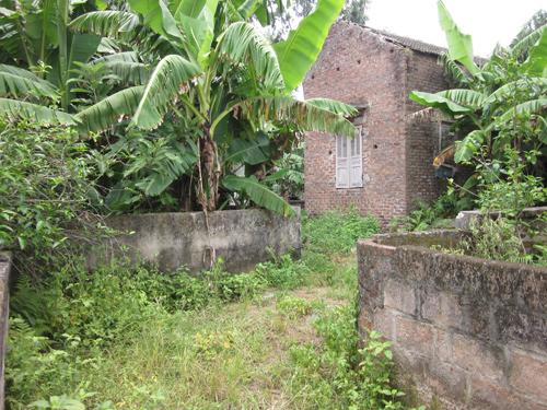 Một căn nhà bỏ hoang trong xóm vì chủ nhân đã sang bờ bên kia ở. Ảnh: Vũ Viết Tuân.