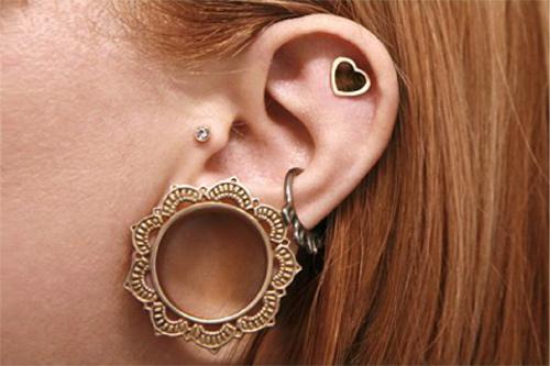 Sau khi nong tai, bạn có thể đeo những khuyên vòng kích thước lớn.