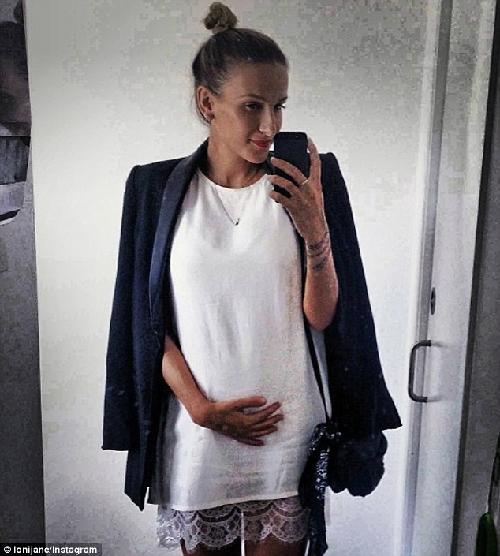 Trên trang cá nhân, Loni Jane chia sẻ khá nhiều bức ảnh cho thấy sự thon thả khi mang thai. Ảnh: capitalbay.com