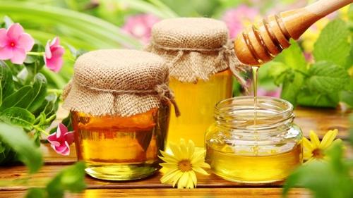 Ảnh. Mật ong giúp phục  hồi tóc hư tổn, trị mụn trứng cá, và dưỡng ẩm cho da  khô. Ảnh: blog.phantomforest.com)
