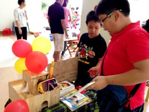 """Các thiếu nhi Sài Gòn mang những vật dụng, đồ chơi yêu thích của mình đến tặng cho chương trình """"Ngày hội yêu thương Giáng sinh hồng""""."""