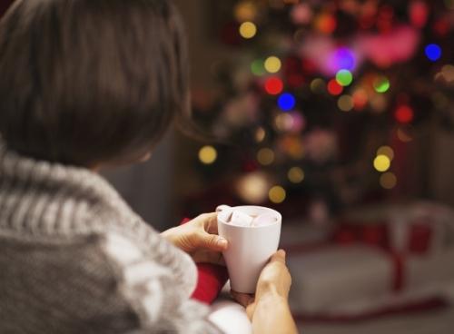 Cảm giác cô đơn giữa mùa lễ hội khiến mọi người tủi thân. Ảnh: eharmony.com