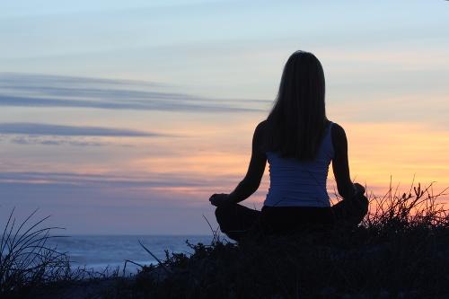 Tìm nơi yên tĩnh, dùng đầu ngón tay mát xa trán, hít thở  chậm và sâu để giảm cơn đau đầu do stress. Ảnh: Apeacefulplace.com.