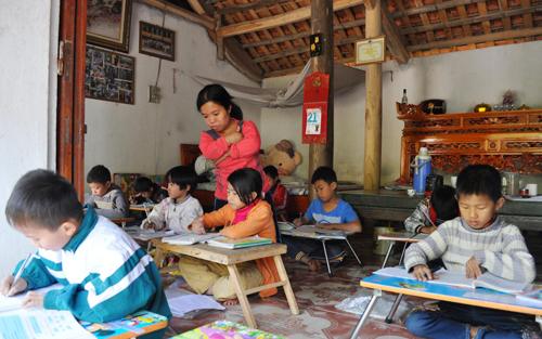 Cô giáo nhỏ bé với lớp học cuối tuần đặc biệt mở ngay ở nhà.
