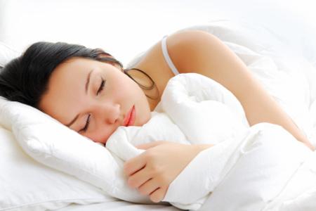 Chăn ga gối ngủ nên có màu sắc nhẹ nhàng giúp bạn có giấc ngủ thanh bình.