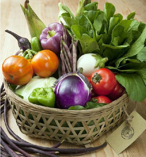 Các loại rau củ nhiều màu sắc nếu được sắp xếp khéo léo có thể làm đẹp gian bếp.