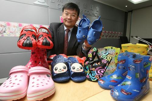 Các mẫu giày dép được phát hiện chứa chất độc. Ảnh: scmp.