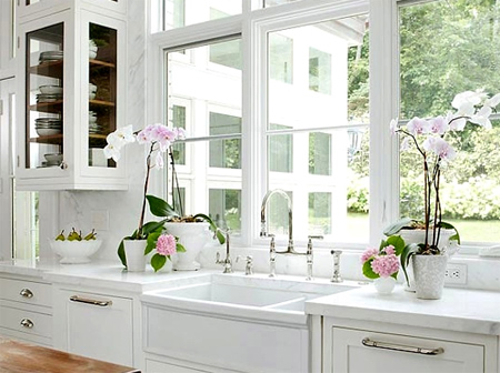 Nên đặt hoa tươi trong phòng bếp. Ảnh: Housekeeperlondon.