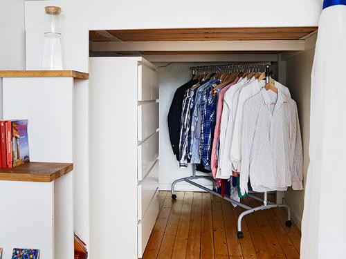 Tủ quần áo cũng được tận dụng dưới gầm của giường ngủ.