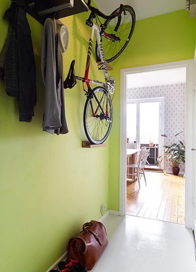Khu vực ngoài cửa được tận dụng để treo xe đạp.