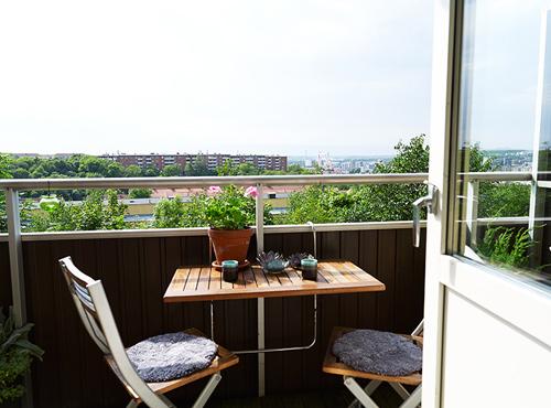 Góc ban công tuyệt đẹp để bạn có thể ngồi ăn sáng hoặc nhâm nhi trà với bạn bè lúc nghỉ ngơi.