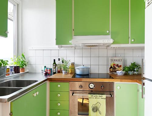 Khu bếp bổ sung thêm tông màu sáng cũng rất phù hợp với tình yêu thiên nhiên, cây cỏ của chủ nhà.