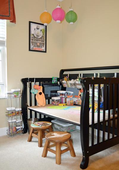 Bỏ một phần của cũi có thể biến nó thành bàn để đồ vặt cho bé.
