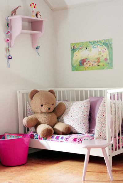 Ghế sofa xinh xắn trong phòng của các bé gái.