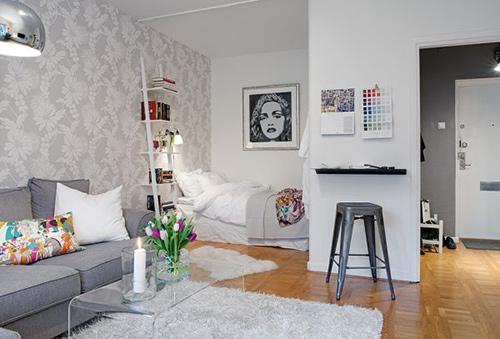 Chủ nhà chủ yếu chỉ sửa lại nội thất, sơn sửa tường, sàn. Tông màu trắng - xám khiến nhà trông vừa rộng vừa thanh lịch.