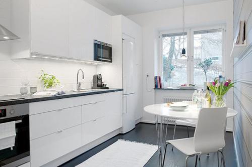 Phần bếp đầy đủ tiện nghi với hệ thống tủ bếp hoành tráng.