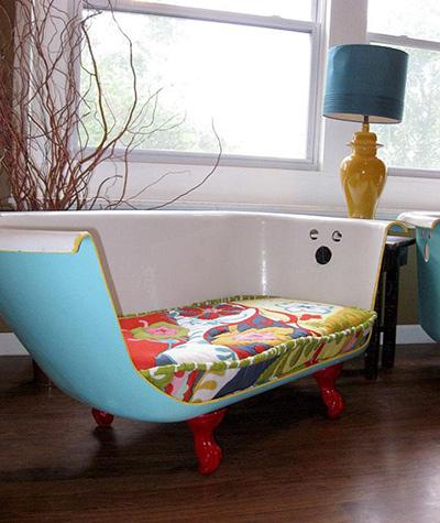 Bồn tắm thêm chút màu sơn trở thành ghế sofa lãng mạn.