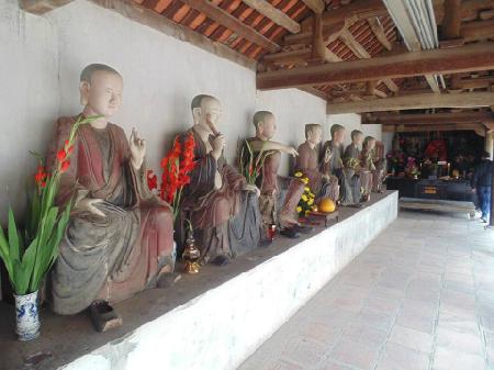 """Và lần đầu thăm Chùa Mía ở xã Đường Lâm, Sơn Tây, Hà Nội. Xưa kia, vùng này là Cam Giá, tên Nôm là Mía, nên chùa này được quen gọi là chùa Mía. Đây là ngôi chùa lưu giữ nhiều tượng nghệ thuật nhất Việt Nam. Chùa Mía khá nổi tiếng với 287 pho tượng lớn, nhỏ. Trong đó có 6 pho tượng đồng, 106 pho tượng gỗ và 174 pho tượng bằng đất luyện được sơn son thếp vàng. Người làng Mía có câu ca dao về pho tượng """"Nổi danh chùa Mía làng ta, Có pho Tống Tử Phật Bà Quan Âm""""."""