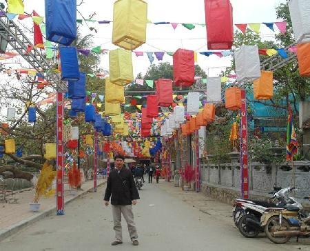 Chùa Thầy nằm dưới chân núi Sài Sơn, huyện Quốc Oai, Hà Nội, cách trung tâm thành phố khoảng 20 km về phía Tây nam, đi theo đường cao tốc Láng - Hòa Lạc. Chùa được xây dựng từ thời nhà Lý. Đây là nơi tu hành của Thiền sư Từ Đạo Hạnh trong quãng đời sau cùng của thiền sư cho đến ngày thoát xác theo dòng Thiền Tì na đa lưu chi. Phái Thiền này đã trải qua 19 đời (19 thế hệ) và thế hệ của Thiền sư Từ Đạo Hạnh là đời thứ 12.