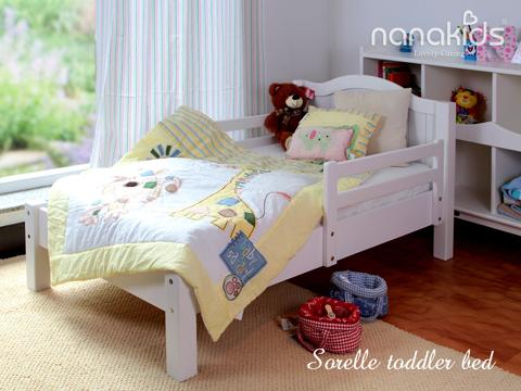 Giường Nanakids Sorelle dành cho trẻ từ 3 đến 6 tuổi với thiết kế nhỏ gọn, mọi góc cạnh của chiếc giường đều được bo tròn để bé không bị thương khi va quệt; giường thấp và thanh vịn chắc chắn, giúp bé không bị ngã, an toàn khi nghỉ ngơi, sinh hoạt.