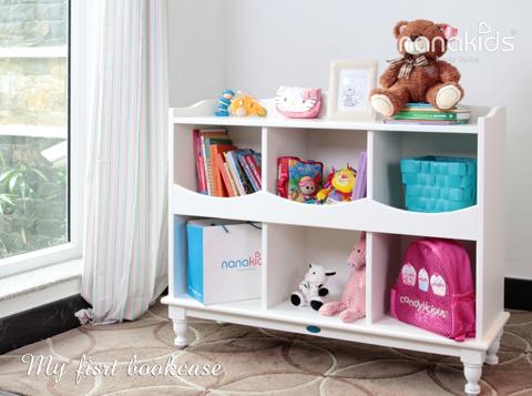 Trong góc học tập của bé không thể thiếu kệ sách - nơi lưu trữ những vật dụng cần thiết: từ sách vở, bút viết, balô đến các món đồ chơi, thú bông... Kệ sách My First Bookcase được thiết kế đặc biệt, kiểu dáng, màu sắc đơn giản, dễ dàng, phù hợp cho mọi loại phòng ngủ hay phòng chơi theo nhiều chủ đề trang trí khác nhau.