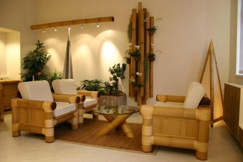 Không chỉ bàn ghế, đồ trang trí trên tường, hệ thống treo đèn cũng được tận dụng từ tre. Tiểu cảnh nhỏ với cây xanh trong phòng khiến không gian tràn sức sống.