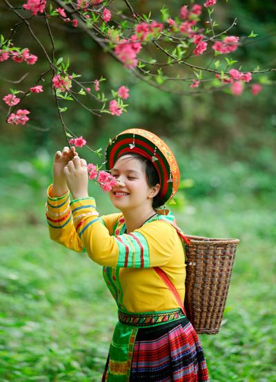 Mùa xuân hoa đào khoe sắc thắm khắp núi rừng.